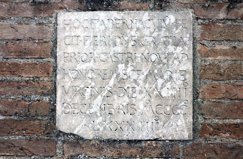 Antica lapide commemorativa apposta al tabernacolo della Madonna della Tosse - Recante il nome di Benozzo e la data di esecuzione del 24 dicembre 1484
