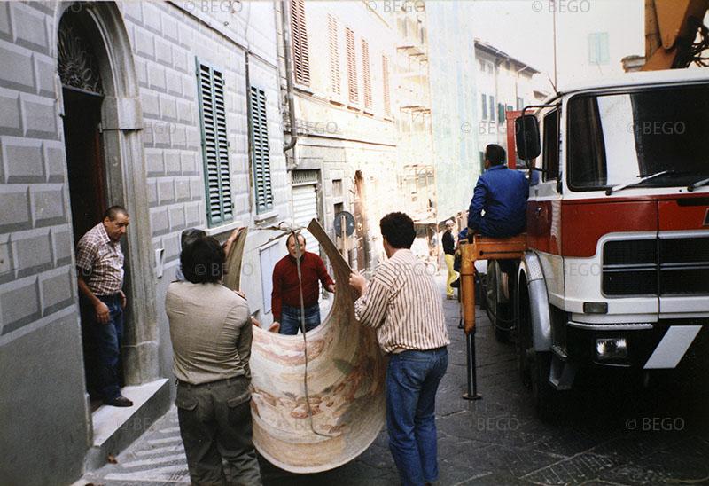 Il trasloco degli affreschi del tabernacolo della Madonna della Tosse 2 - Nei locali della Biblioteca di Castelfiorentino (anni Ottanta)