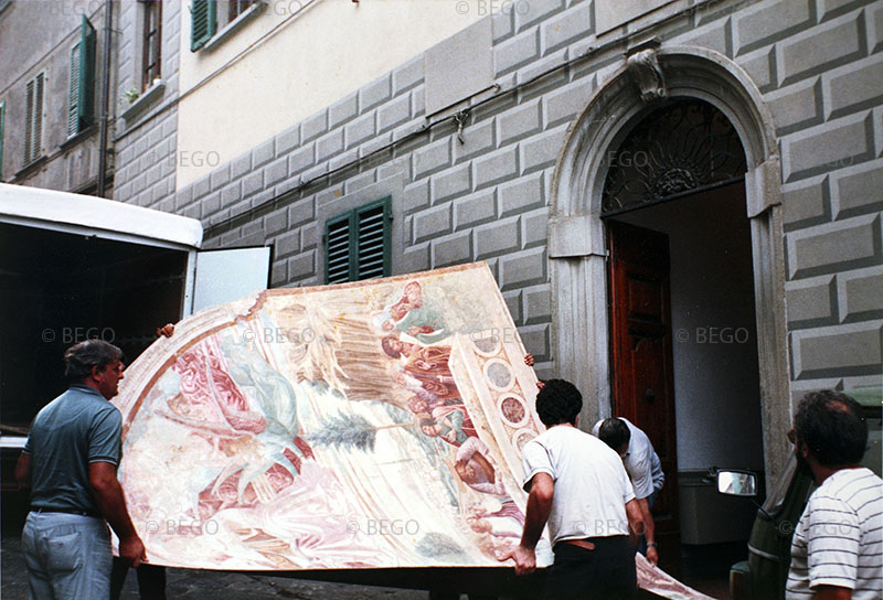 Il trasloco degli affreschi del tabernacolo della Madonna della Tosse - Nella Biblioteca di Castelfiorentino (anni Ottanta)